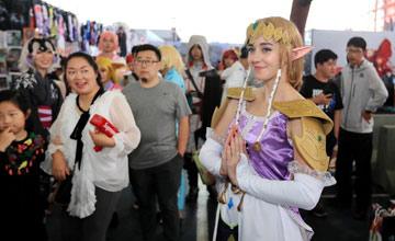 """""""比利时姑娘逛中国漫展 一路被人追着拍照"""
