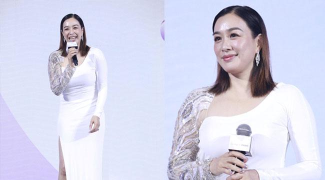 47岁钟丽缇穿白裙优雅亮相 身材丰腴