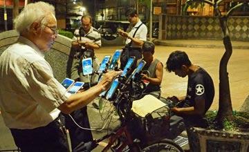 """""""69岁风水师沉迷""""抓宝"""" 自行车上装11台手机"""