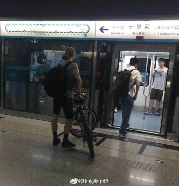 外国人能推自行车上地铁?北京地铁回应