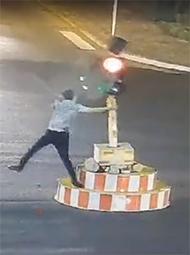 男子嫌红灯太长 下车