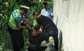 醉驾男子肇事逃逸 为躲警察抓捕跳自家化粪池藏匿