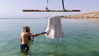 设计师将礼服泡在死海里,2年后捞上来,惊艳众人