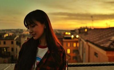 杨颖罗马晒侧颜美照 享受夕阳装扮随性似少女