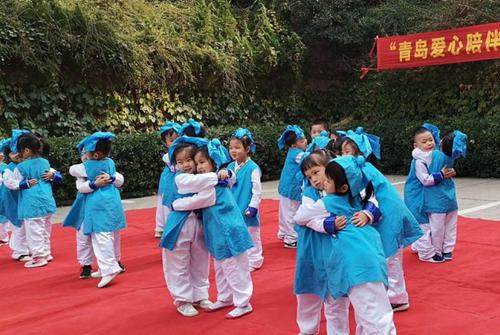 活泼可爱的小朋友们献上精彩表演