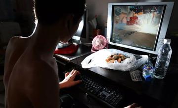 除了上网就是搞钱,如何让网瘾少年回归正轨?
