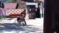 愤怒!男子疯狂殴打坐在轮椅上的老?#30422;?相关部门已介入调查
