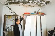 楼顶漏水13户居民家成水帘洞 4户居民被迫搬家租房住