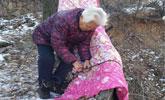八旬老奶奶给大树盖棉被,背后的原因引人落泪!