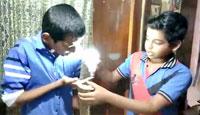 9岁男孩身体带电能点亮LED灯泡! 特异功能?