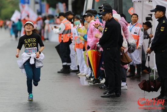 广州马拉松最冷天气遇上最暖服务