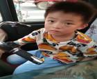九歲男孩迷失街頭 城管助其找到家人