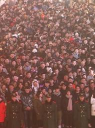 上海:外滩人潮汹涌
