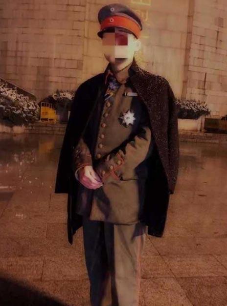 男子穿纳粹军服烈士陵园自拍被拘