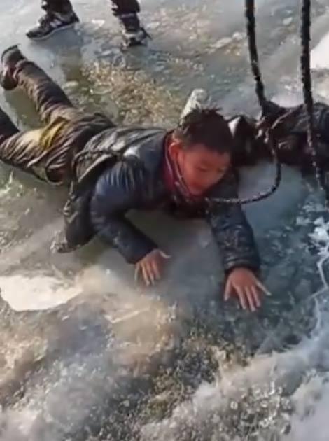 轿车冰上漂移落水 3人死亡