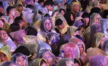 台北跨年晚会开场被骂 万人雨中呆站看人打游戏
