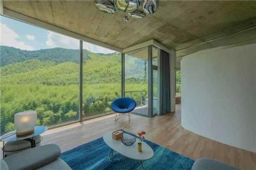房间里都看到大片的落地玻璃窗直接对着山体,仿佛自己和窗外的景色融