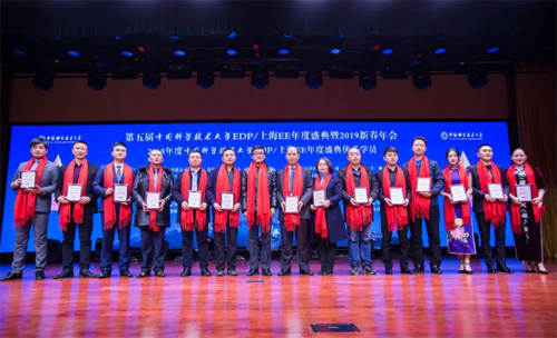 中国科学技术大学管理学院工会主席刘庭为优秀学员颁奖