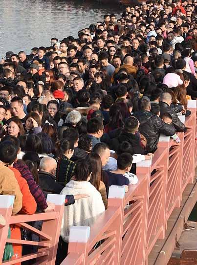 大批游客涌入景观桥