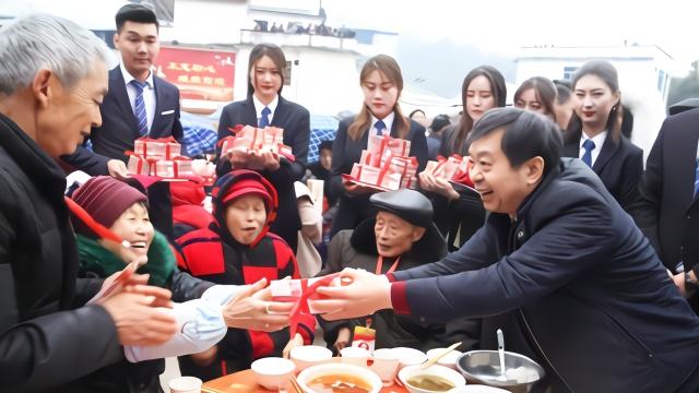 富豪开直升机回村拜年 向老人发放千万现金红包