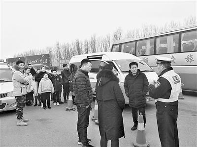 河南高速交警全省联动 严查节后超员违法