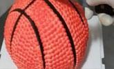男友过生日女子送他一个篮球,男友切开篮球后,顿时不淡定啦