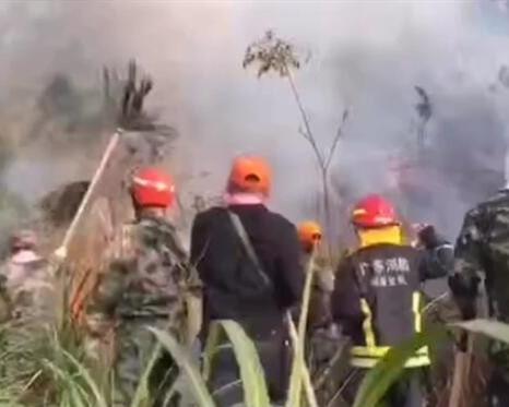 深汕特别合作区突发山林大火 消防员紧急出动无人伤亡