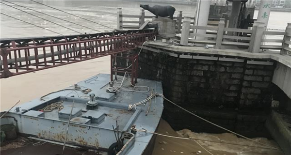 潮州:受洪水影响货船失控触碰广济桥 损坏大量电线