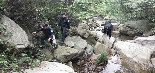 女驴友探险被滑落巨石压中 民警深山暴走救援