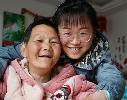 感动!90后女孩照顾瘫痪母亲十九年