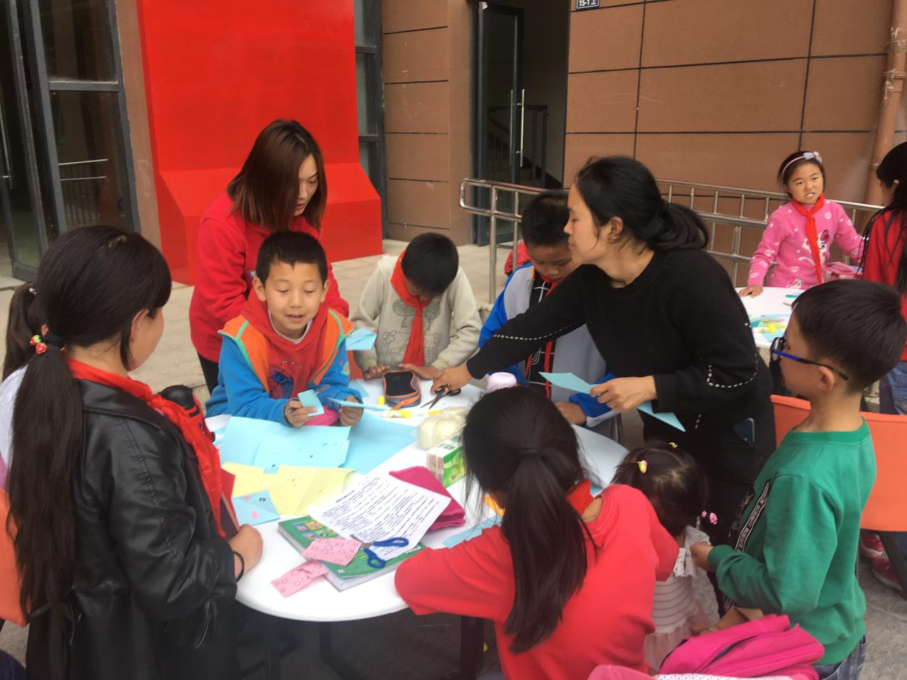 河南:回迁社区来了社�I工,教孩子做手工学感恩