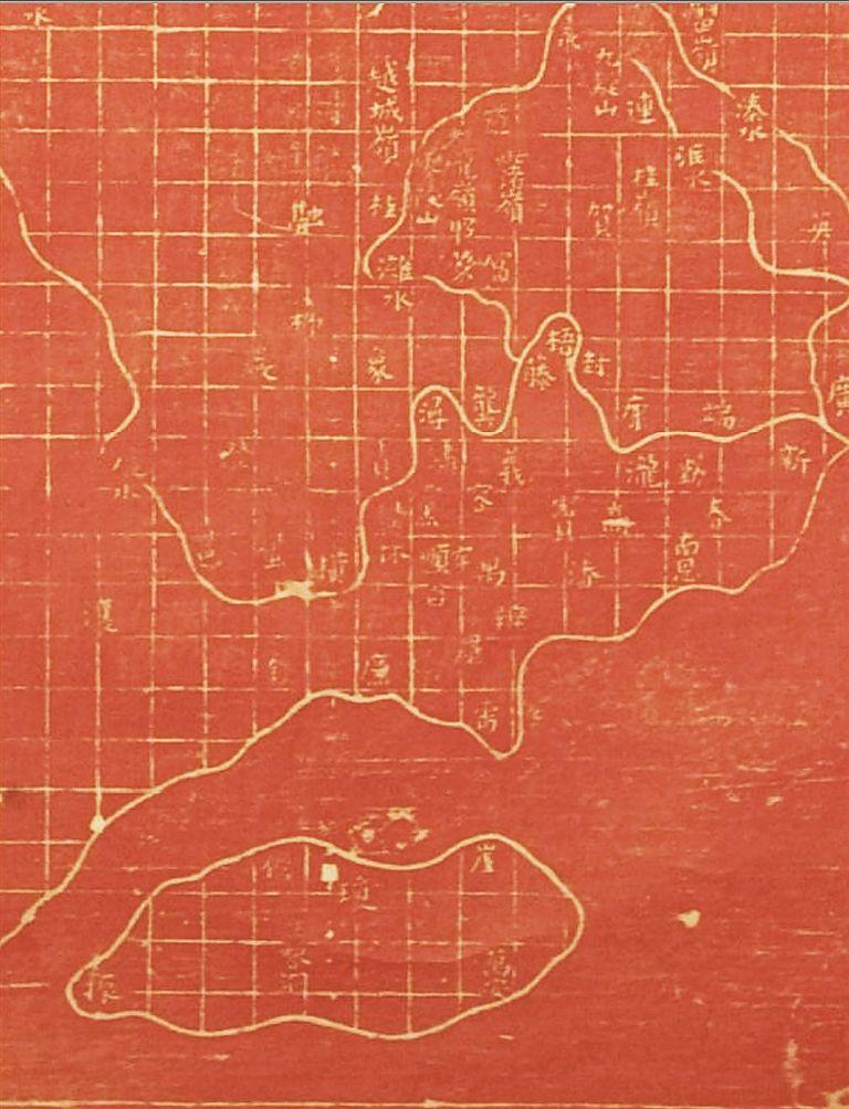 """1307年的《大元混一方舆胜览》复制件,正下方有海南岛的标识。 何以端搜集提供 文本刊特约撰稿何以端 现存涉及海南的最早地图,是以两方石刻传世、备受关注的北宋《禹迹图》。这是一个沿革图,标注的是""""古今州郡名,古今山川地名"""",已明确了上北下南、方格比例尺等基本要素。 在《禹迹图》中,海南岛为东西向长轴的扁形,长短轴比例约为2."""