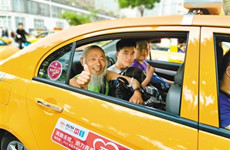 助力选手参赛 甲醇出租车为曲江半马提供免费摆渡