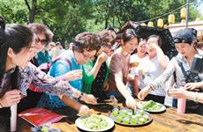 海内外游客在西安体验民俗文化 了解节气文化知识