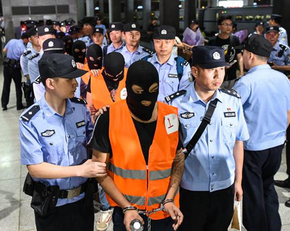 """19名""""高富帅""""从缅甸被合肥警方押回"""