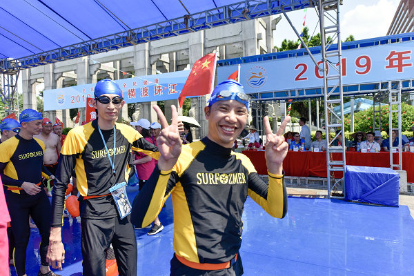 广州举办横渡珠江活动 吸引约1700市民畅游珠江