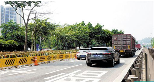 广州:新光快速3车相撞 致1死3伤