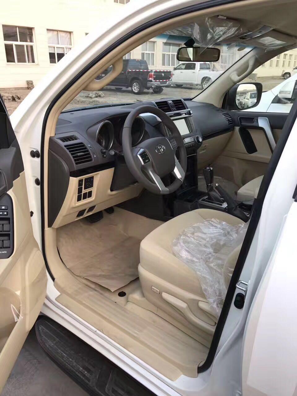 细节方面:17款丰田霸道4000TXL高品质音响系统为驾乘者营造出了一个高品质的、轻松休闲的车内环境。内饰的整体布局和样式上并没做太大的改动,依旧沿袭了进口版,从风格上看,更趋向于轿车,彰显着这位越野硬汉的实用性。