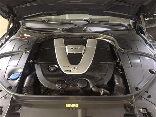 017款迈巴赫S600在内饰方面完全采用了与奔驰S级相同的设计,但