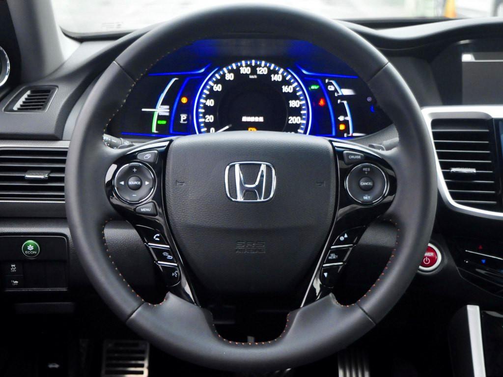 新款本田雅阁整体布局变化并不大,但在做工及配置上进行了提升。其中双屏幕设计依然保留,同时新车还可将兼容苹果CarPlay系统。配置方面,新车将配备全新的空调滤芯、同时新增发动机远程启动,远程发动机启动功能,2.4L高配车型还将配备方向盘换挡拨片。