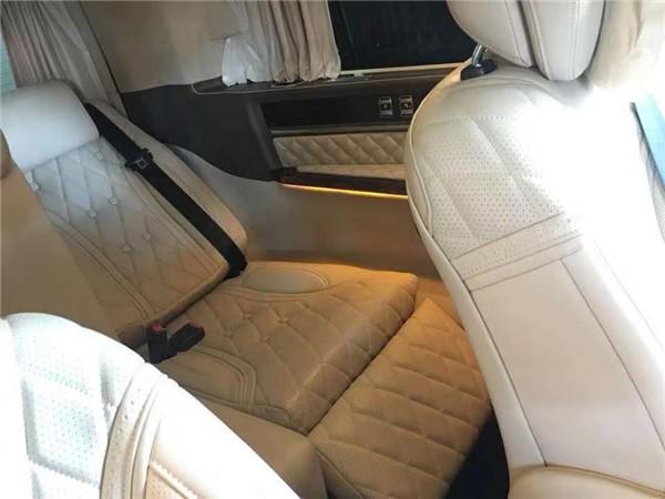 发生正面碰撞危险时,它可在座垫下展开,从而防止乘客从安全带下方滑出