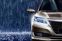 下雨天,车主小心,路人找你麻烦!!