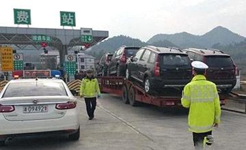 交警拦截了一辆半挂车,看到车头时被吓了一跳
