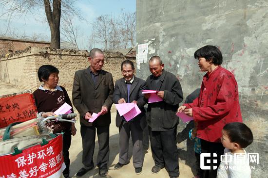 宋怀然(左三)在农村宣传环保知识