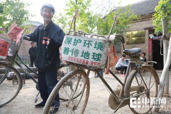 这是老人骑报废的一辆自行车