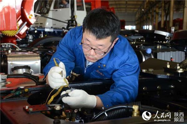 刘强在检查汽车电路系统.张龙 摄影