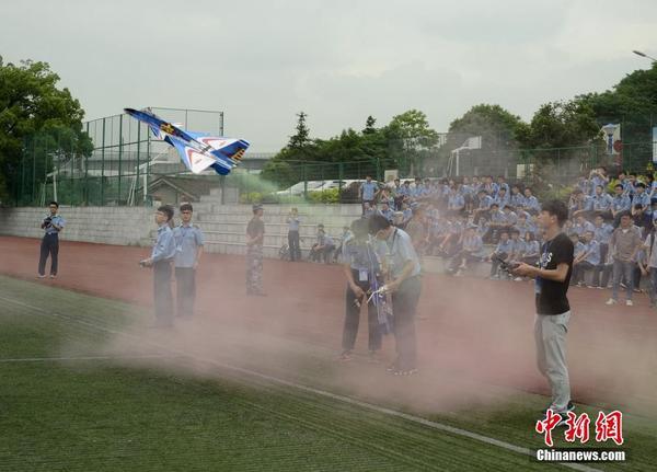 湖南举行高校航模飞行赛 学生diy飞机上演空中决斗