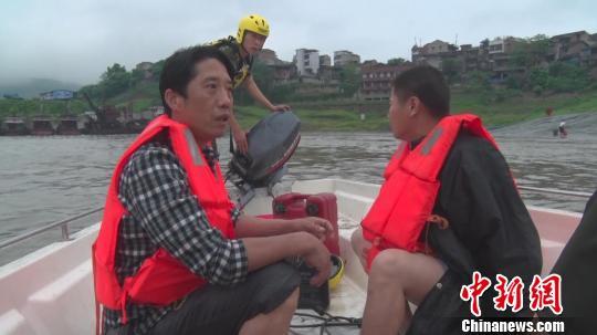 图为两名男子被成功解救。 田园摄