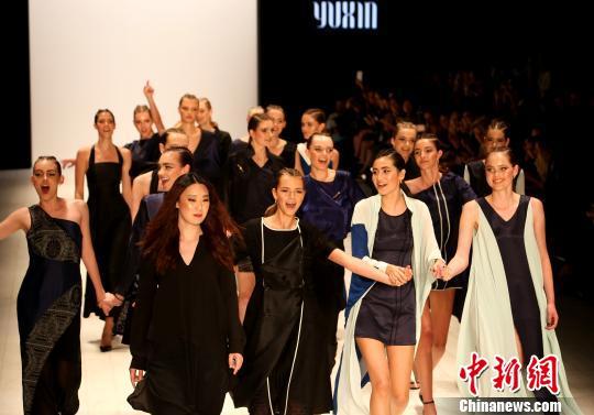 """中国服装设计师张雨馨在澳大利亚时装周展示作品""""韵"""""""