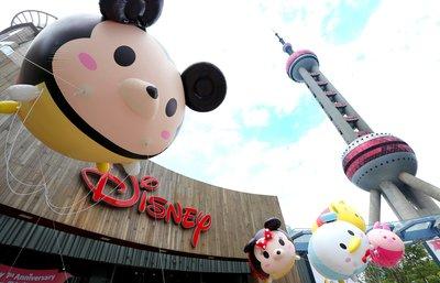 tsum气球在迪士尼旗舰店外的广场上